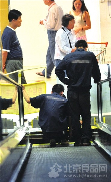 北京华联超市行人扶梯承重超载突然断裂