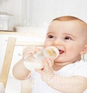 一只塑料奶瓶不要使用超过3个月